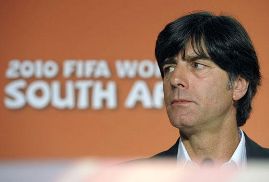 图文-主教练勒夫出席德国队记者会聆听记者提问