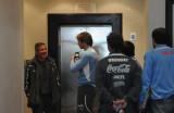 队员们准备进电梯