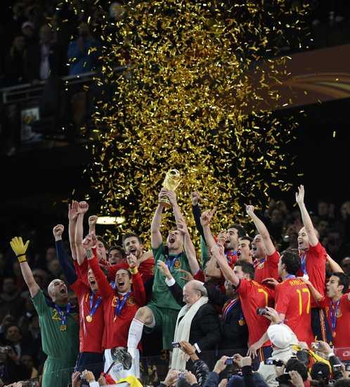 图文-[决赛]荷兰0-1西班牙球员挥手庆祝夺冠