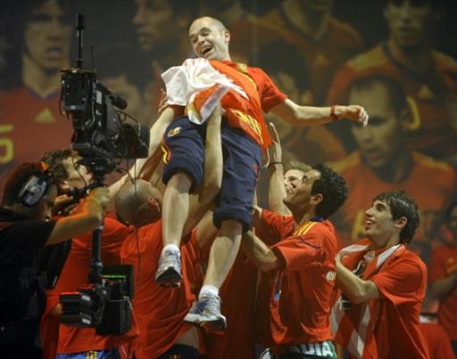 图文-新科冠军西班牙队大游行将英雄高高抛起