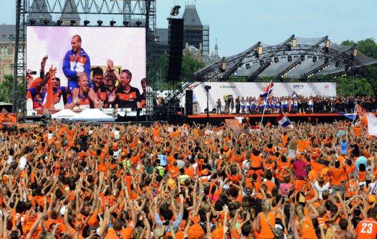 图文-橙色荷兰运河大游行美丽郁金香色调的人海