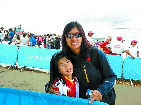 张秀云和女儿在奥运赛场。本报特派记者 李 悦 摄