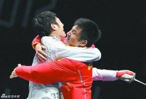 雷声夺冠后和教练王海滨拥抱在一起庆祝。
