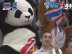 球迷熊猫装扮助威