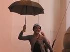 视频-开幕式彩排花絮 演员扮演女王撑伞从天缓降
