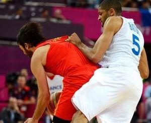 奥运最丑陋一幕男篮制造法国悍将猛击对手裆
