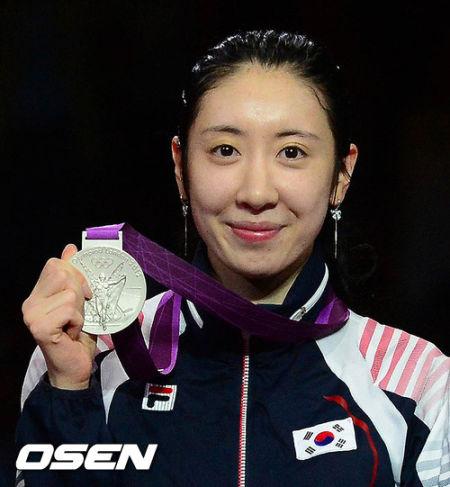 申雅岚获得女子重剑团体银牌自愈伤口