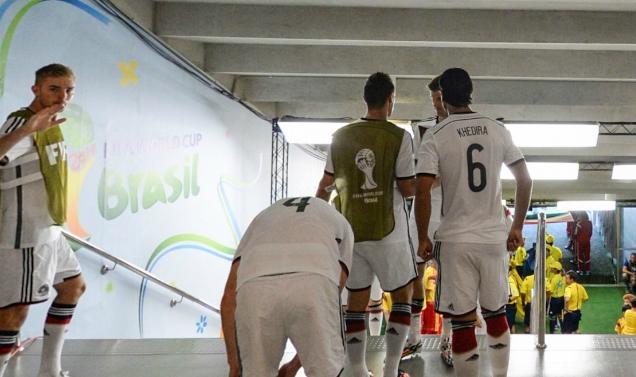 德国与加纳比赛前队员通道