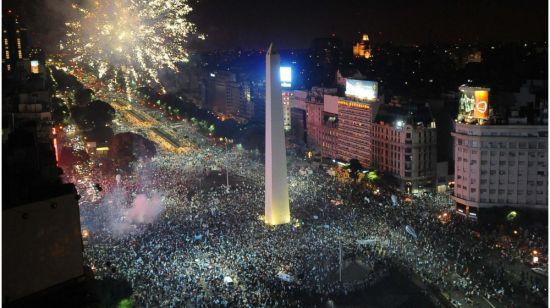 阿根廷布宜诺斯艾利斯的方尖碑广场燃放烟花