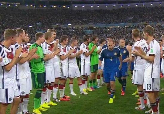德国列队为阿根廷鼓掌