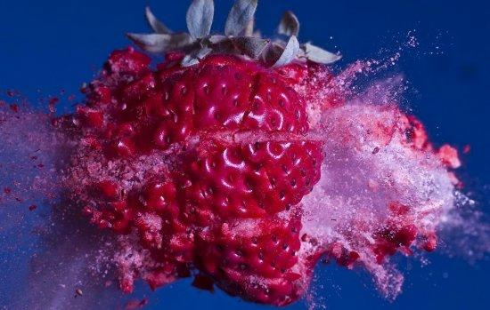 子弹穿草莓:时间在这一刻定格。浸泡在液态氮中的草莓在子弹的轰击下粉身碎骨。