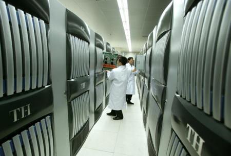 """科研人员在调试""""天河一号""""超级计算机系统硬件"""
