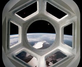 国际空间站宇航员在观景穹顶内可以进行360度观测,视野更为开阔。