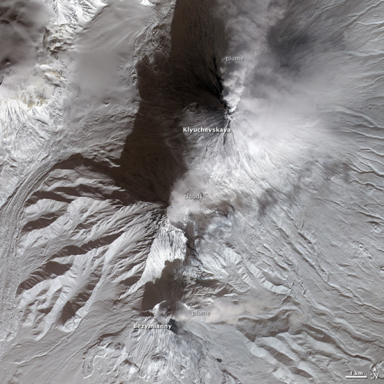 俄罗斯两火山同步爆发