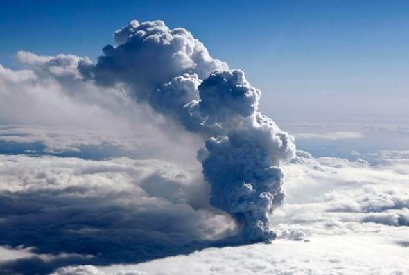 火山喷发烟柱