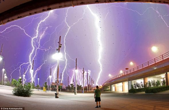 """上帝的愤怒:在这张惊人的照片中,业余摄影师克里斯-科特西奥普罗斯正站在这片茂密的""""闪电森林""""中。"""