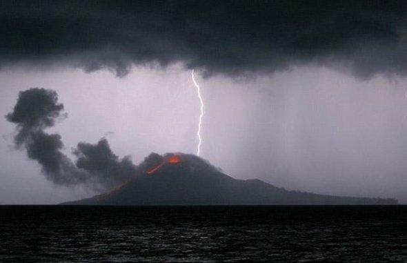 闪电击中喀拉喀托火山