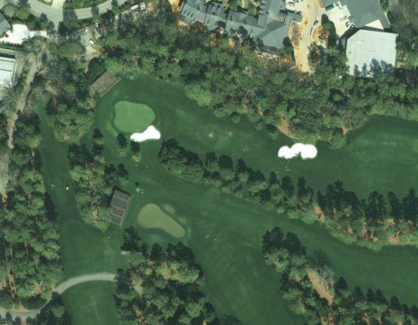 这是美国奥古斯塔国家高尔夫球俱乐部的一号洞。球场上的每个洞都是用一棵树或者一片灌木的名字命名的。1934年3月22日,该俱乐部举行了首届大师锦标赛,这是世界四大高尔夫球赛之一。