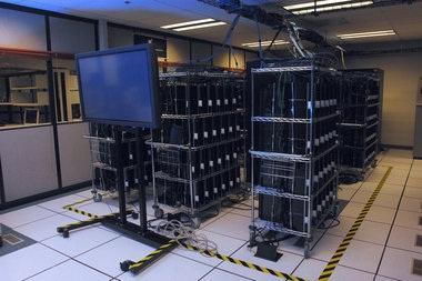 """""""秃鹰群""""超级计算机由1760台索尼PS3游戏机组成,它是美国国防部最快的交互式计算机。"""