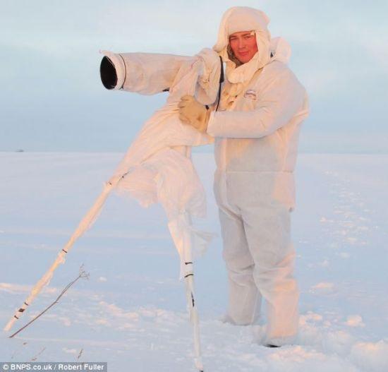 摄影师富勒和他的照相机一身白色伪装,使其能够与野兔亲密接触,拍摄精彩的求爱瞬间。