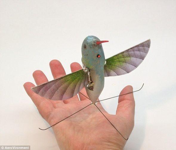 这种微型蜂鸟无人机的翼展仅16厘米,它像真正的小鸟一样,通过拍打翅膀飞行。