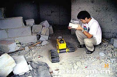 实验人员操作地震救援机器人