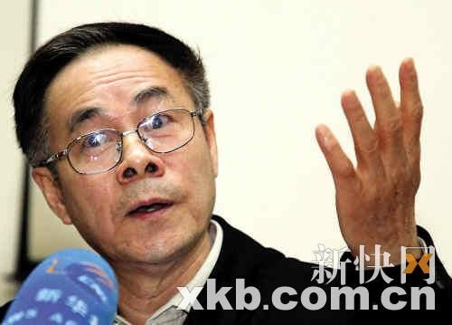 昨日下午,广州大学抗震专家周福霖教授接受媒体采访。 新快报记者 孟祝斌/摄