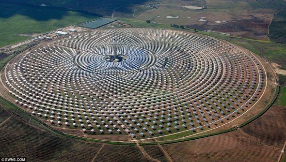 巨幅艺术作品:位于塞维利亚市附近的吉马太阳能电站由2650块镜面面板构成,总共占地面积达185公顷(约合185万平方米)。