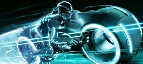 这个电影画面显示的是电脑程序和人类驾驶夜光摩托的场景