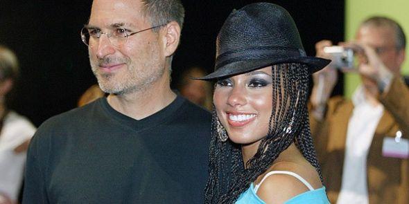 2004年6月15日,乔布斯在伦敦举行的iTunes音乐商店发布会上与歌手阿丽西娅・凯斯( Alicia Keys)合影。