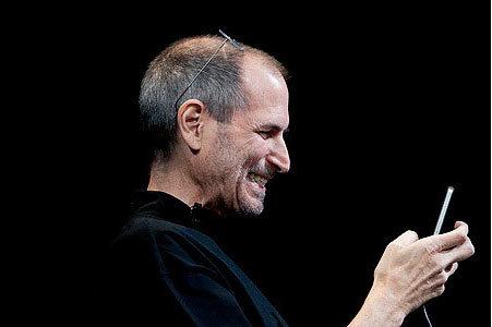 乔布斯2010年6月7日推出了经过重新设计的iPhone 4,厚度降低了24%,并新增了100项功能。
