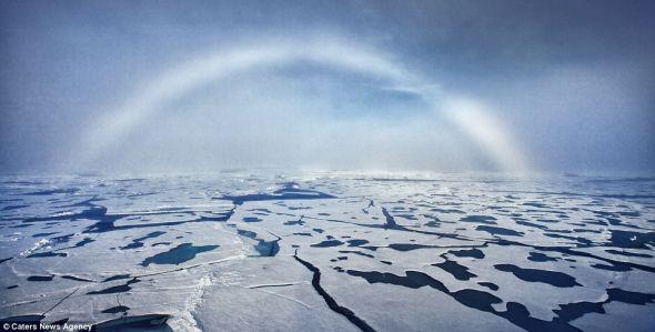 最近萨姆-多比森在前往北极探险期间,发现这种名叫雾虹的罕见现象