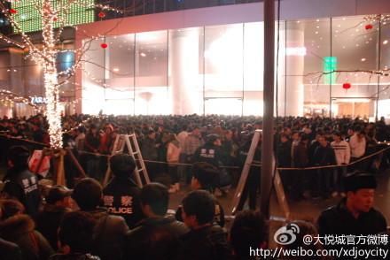 西单大悦城苹果零售店已排开了长长的队伍(图片来自大悦城官方微博))