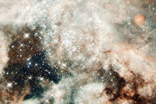这个地区闪闪发亮的核心部分是巨大的年轻星团NGC2070,它只有200万到300万年历史。它的恒星居民数量约有50万个。这个星团是年轻的巨大恒星的温床。