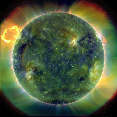 科学家们正对太阳磁场出现的异常进行严密监视,根据日出探测器的数据以及其它方面的数据显示太阳似乎正提前出现磁极反转的征兆,并且其南北两个半球在磁极反转的速率方面并不同步,这些事实让研究人员感到困惑不解