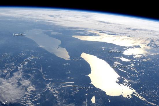 在这幅照片中,加拿大安大略湖(Lake Ontario)的整个表面(约18,960平方公里)都成为太阳返辉区