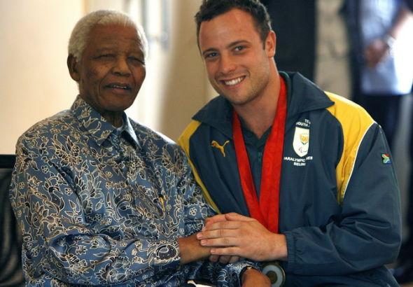 2008年10月3日,前南非总统曼德拉庆祝奥斯卡获得北京残奥会金牌