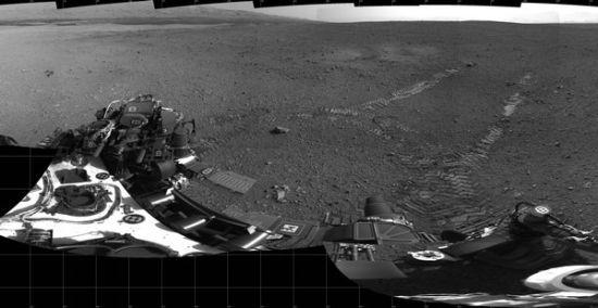 好奇号在火星留下的首批车轮印迹