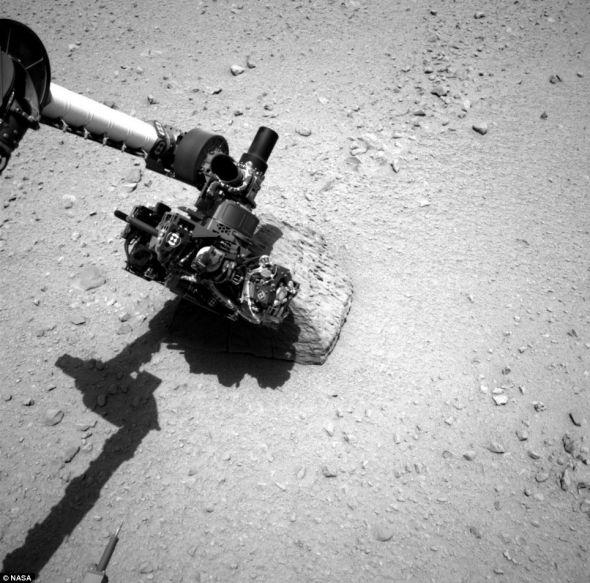 """""""好奇""""号火星车上的机械臂利用α粒子与X射线分光仪接触这颗红色行星上的一块金字塔形状的岩石"""