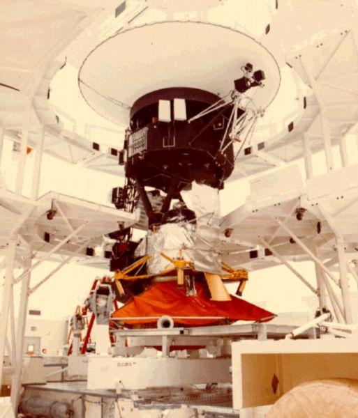 """旅行者1号和它的姊妹船""""旅行者2""""号1977年发射升空,前去探测木星、土星、天王星和海王星等带外行星"""