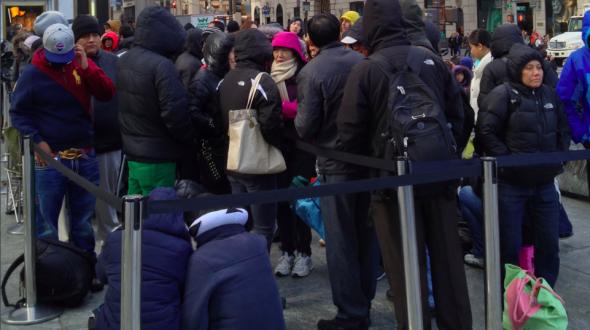 当记者到达时,排在第一个的中国小伙儿还在睡梦中。