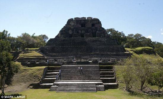 文化遗迹:伯利兹逊安图尼奇(Xunantunich)的玛雅神殿,在这里可以看到,玛雅人的文学、天文和神殿文化繁荣发展300到900年