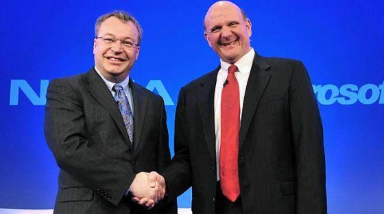 诺基亚CEO史蒂芬・埃洛普(左)与微软CEO史蒂夫・鲍尔默握手