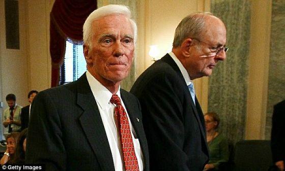 照片显示,阿波罗17号指挥官塞尔南(左)站在美国人类太空飞行计划评审委员会主席诺尔曼-奥古斯汀旁边。现在,塞尔南说他后悔把相机留在月球上。
