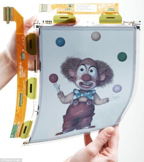 利用Plastic Logic公司的弯曲彩色显示技术制成的屏幕原型