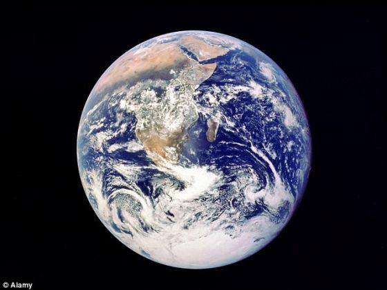 地球靓照。地球被巨大的磁气圈环绕,保护它免遭太阳粒子侵袭