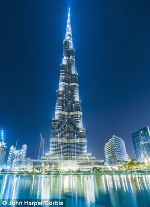 照片展示了迪拜的哈利法塔,高2716英尺(约合828米),是世界上最高的建筑。