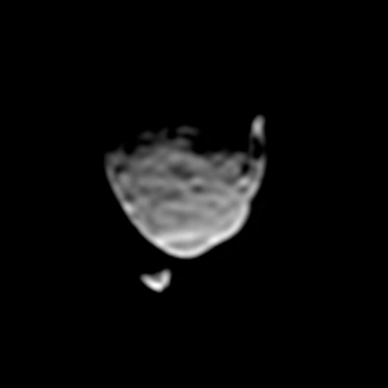 这张照片是由好奇号火星车在火星地表拍摄的,时间是2013年8月1日。可以看到火星个头较大的卫星火卫一,正从另一颗个头较小的卫星火卫二的面前经过