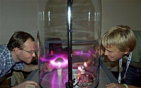 """格罗诺夫博士和他的夏季实习生花了一夏天时间制作了名为""""Planeterrella""""的玻璃容器,并重现了地球和其他一些行星上出现的极光现象。"""