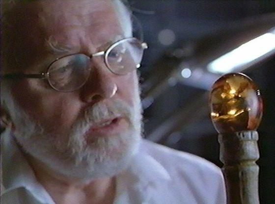 在1993年科幻影片《侏罗纪公园》中,科学家拥有1.3亿年历史的琥珀中昆虫体内提取DNA,而后利用DNA复活恐龙。影片上映前一年,加利福尼亚州的科学家声称从一种已灭绝的蜜蜂体内提取DNA碎片